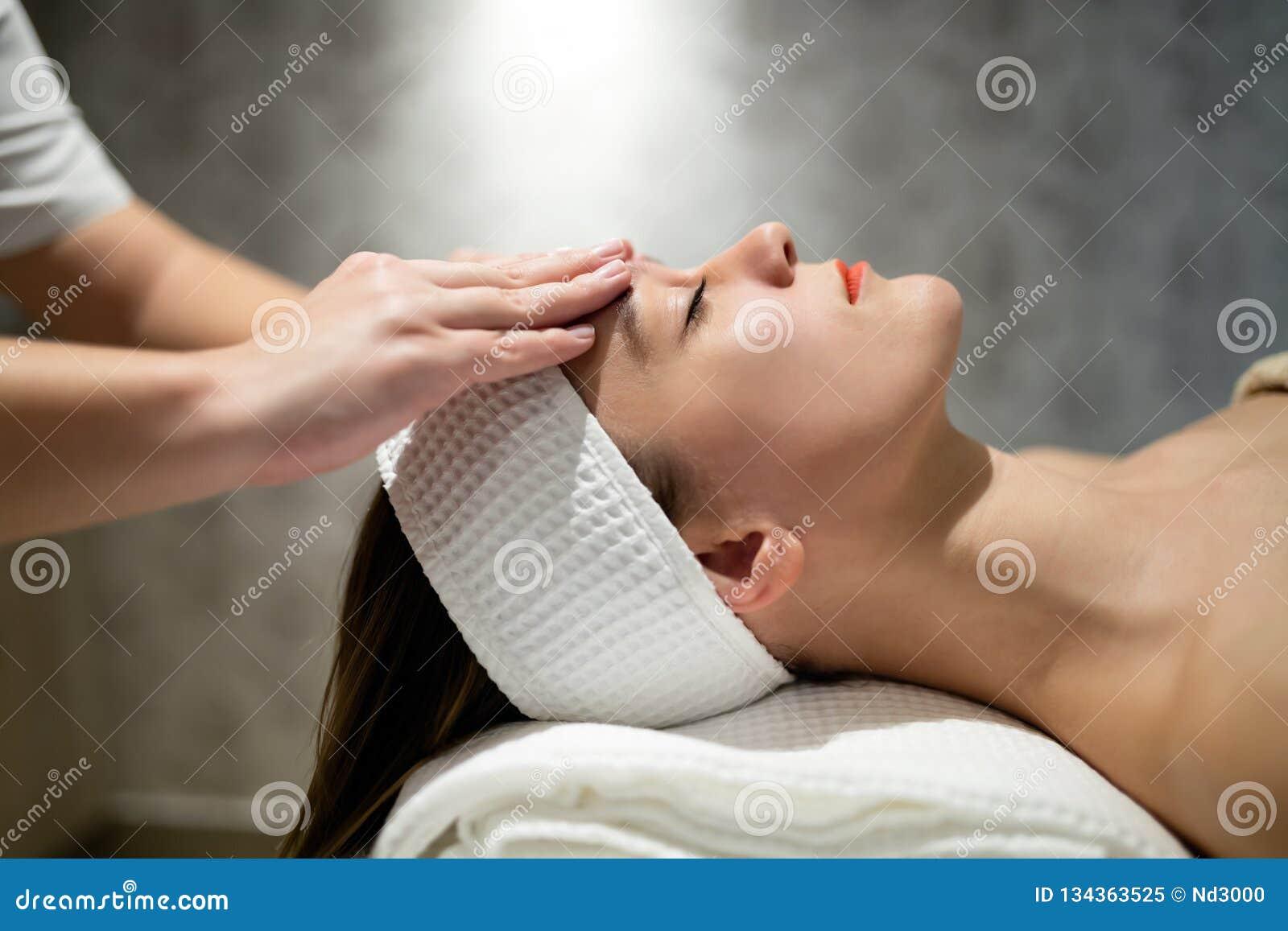 Tratamento da pele e da cara no spa resort da massagem
