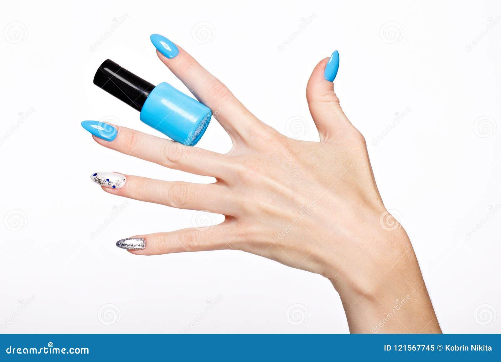 Tratamento de mãos azul do verão bonito na mão fêmea com verniz para as unhas Close-up