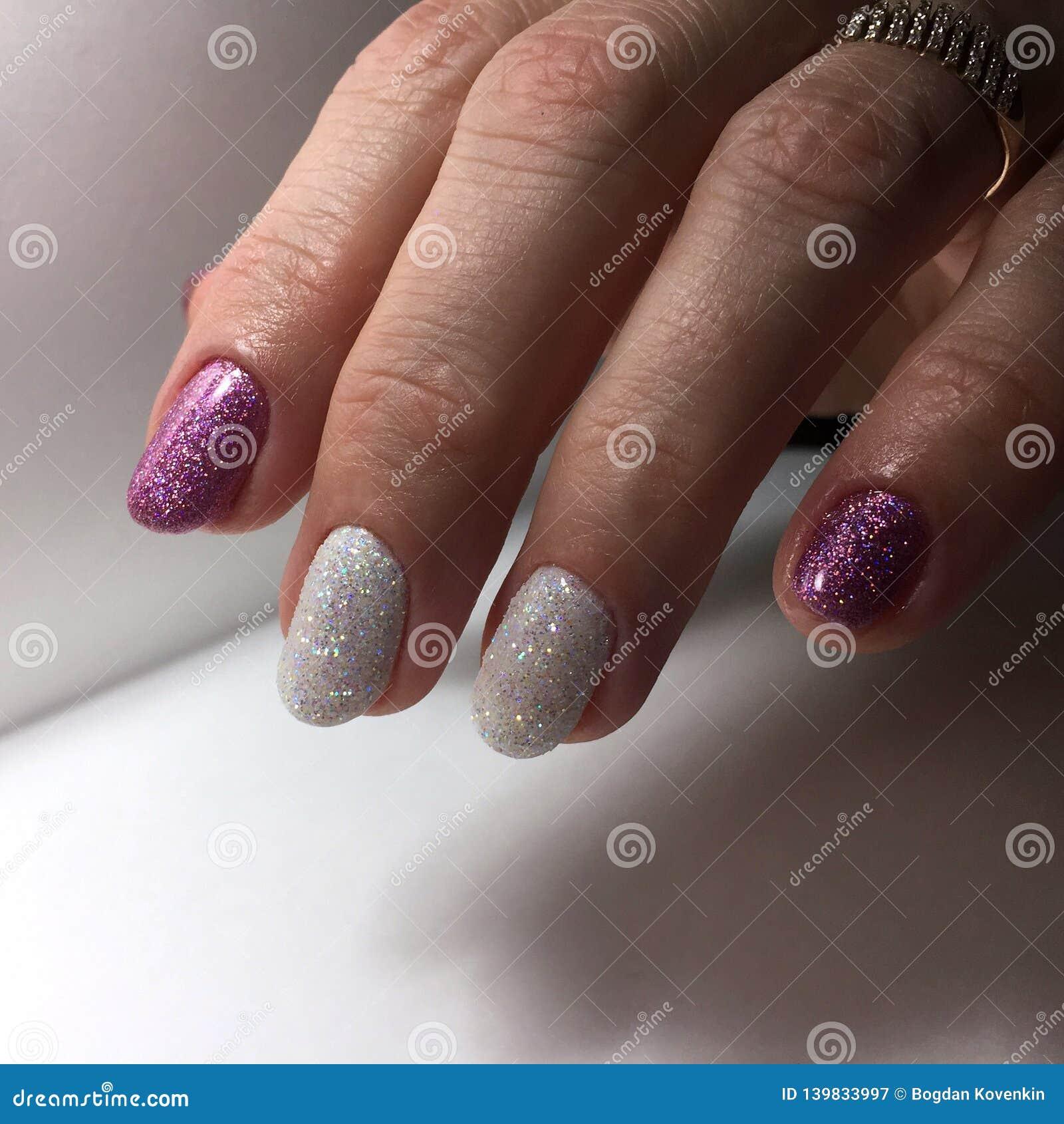 Tratamento de mãos de cores diferentes em pregos Tratamento de mãos fêmea na mão