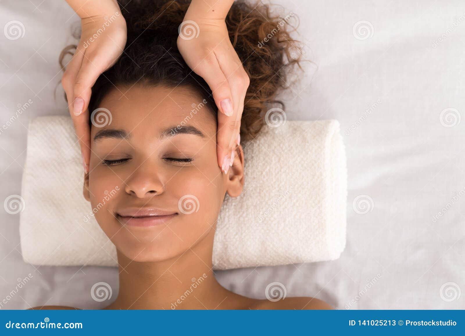 Tratamiento de la cara Mujer que consigue el masaje facial, visión superior