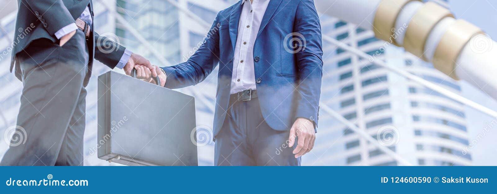 Trato de la transferencia del hombre de negocios, ciudad urbana del intercambio negro de la cartera del negocio
