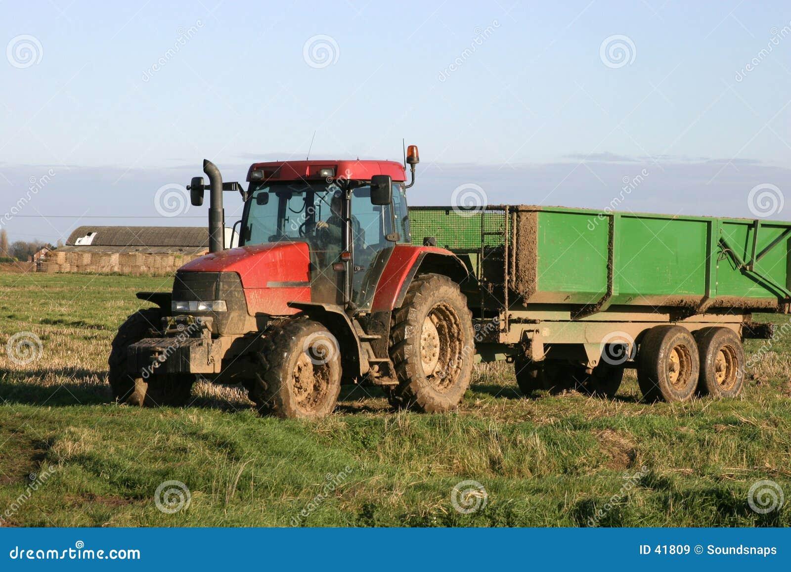 Trator e reboque na exploração agrícola