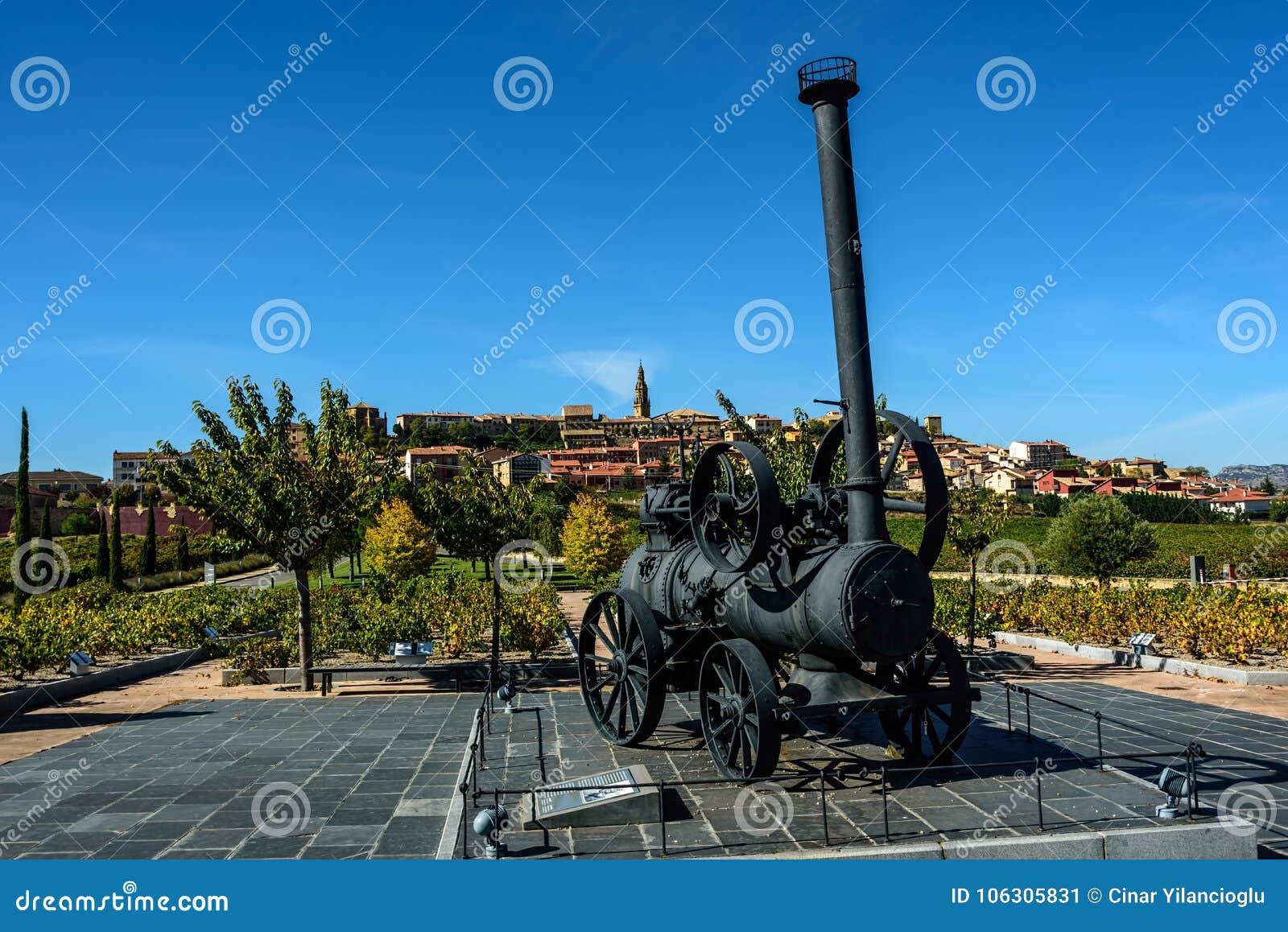 Trator preto antigo do vapor na exposição no país da videira sob o cle