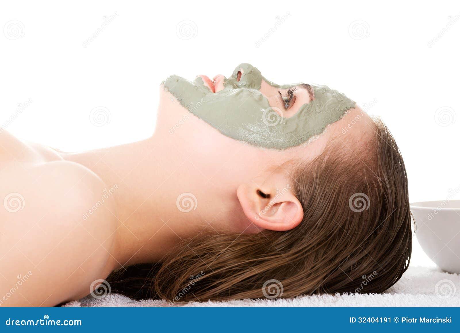 Trattamento di bellezza nel salone della stazione termale. Donna con la maschera facciale dell argilla.