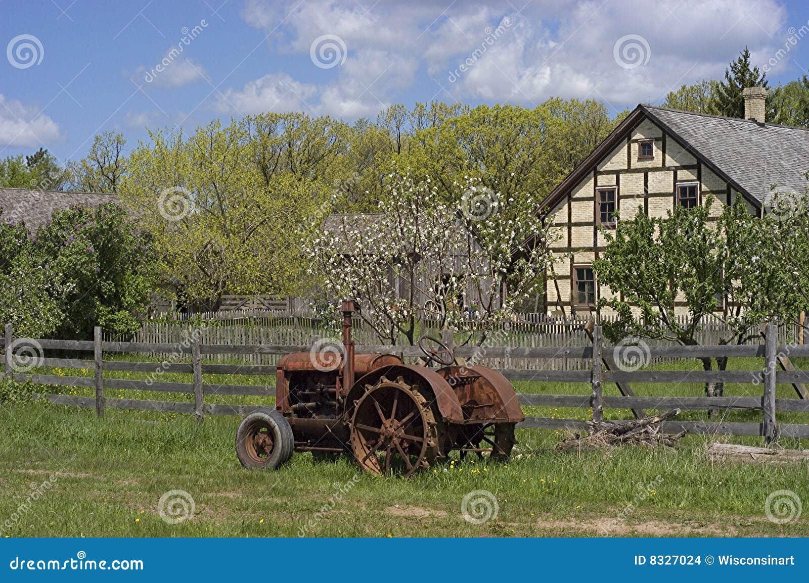Trattore dell annata ad una vecchia azienda agricola