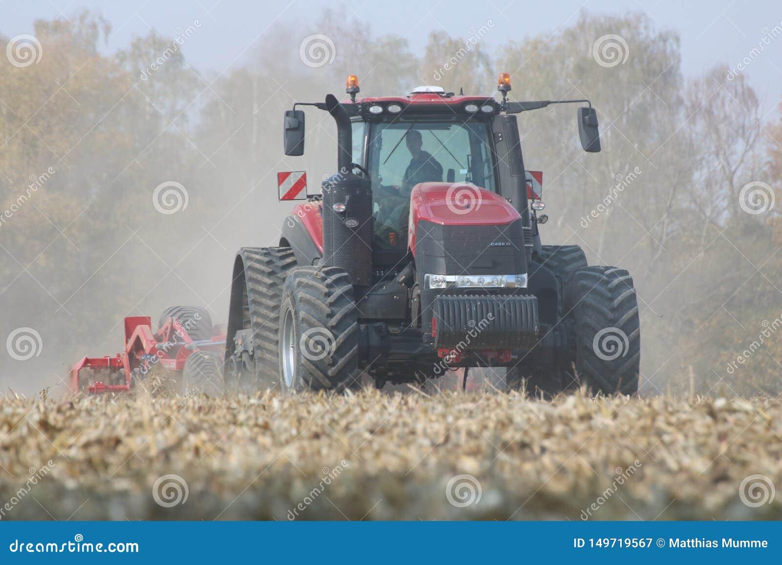 Trattori che lavorano ad un campo di grano in repubblica Ceca