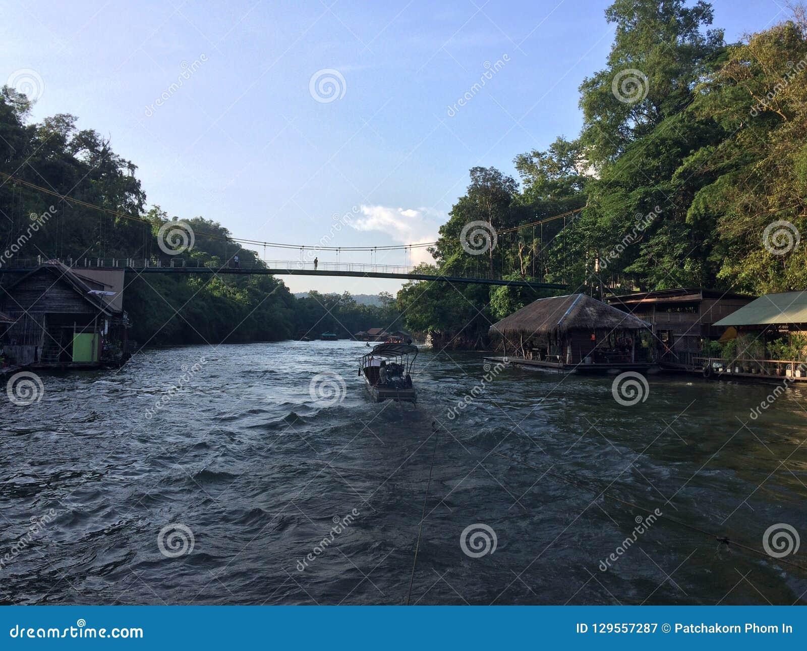 Tratwa i łódkowata wycieczka turysyczna przy siklawą Sai Yok Kanchanaburi Tajlandia