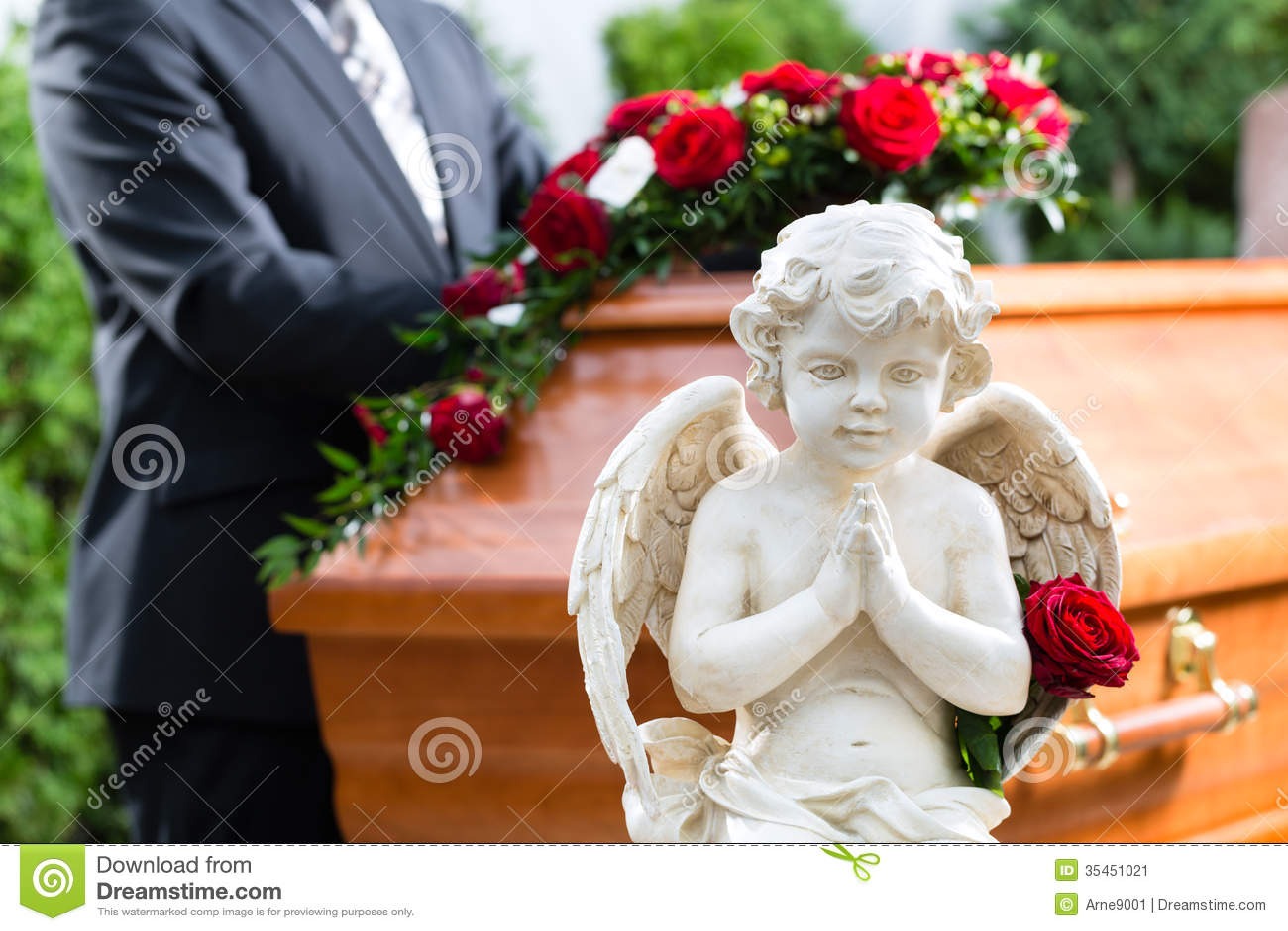 Trauermann am Begräbnis mit Sarg