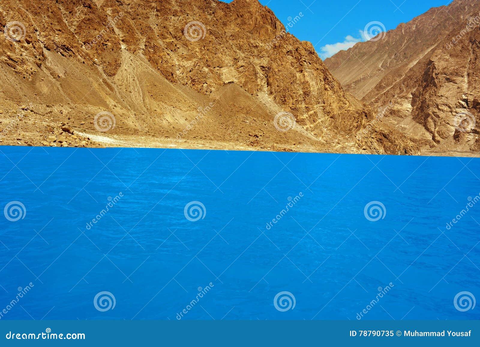 Traummomentlandschaft des hohen Berges mit See und blauem Wasser