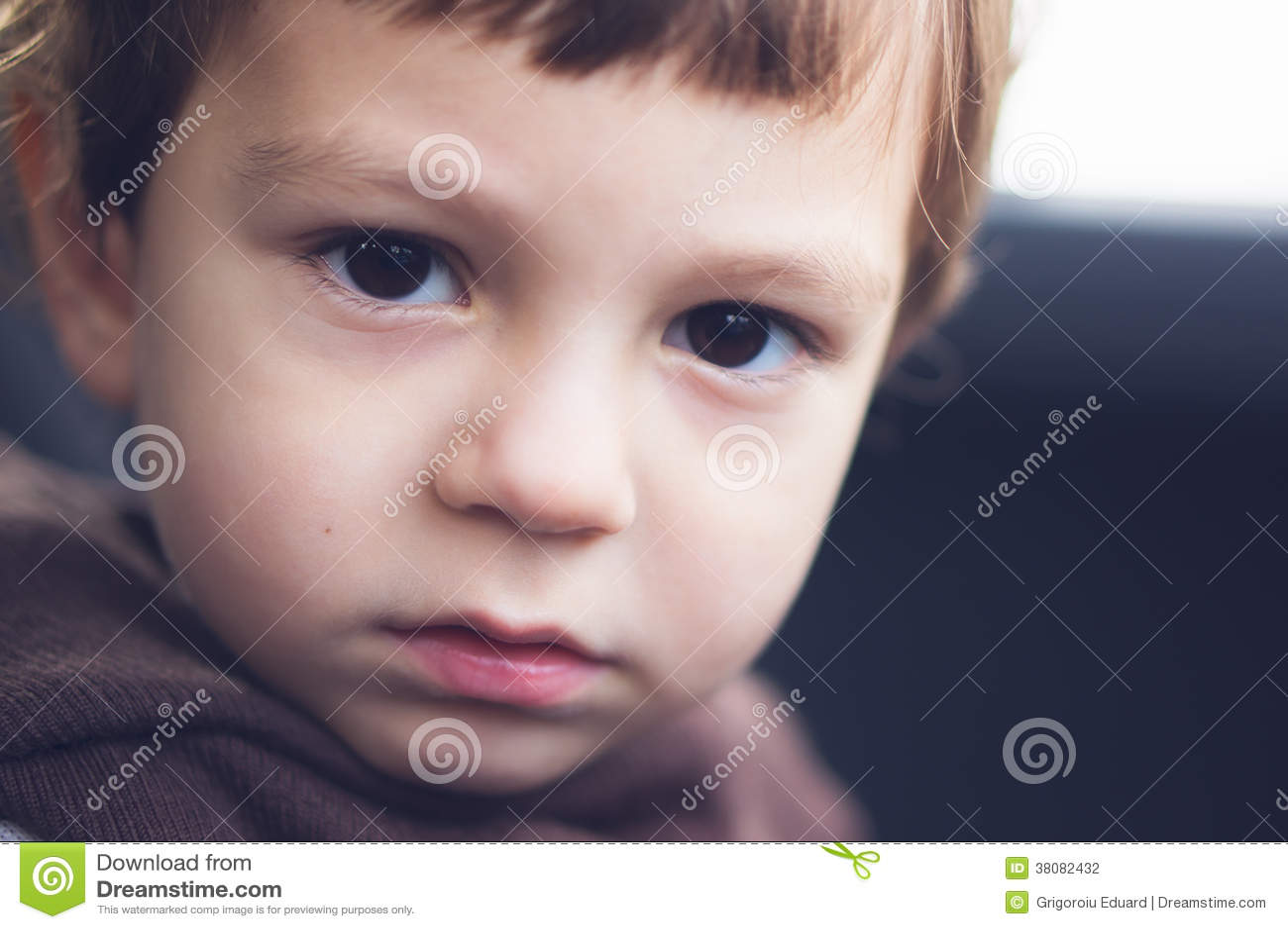 Traurige Augen eines Kindes