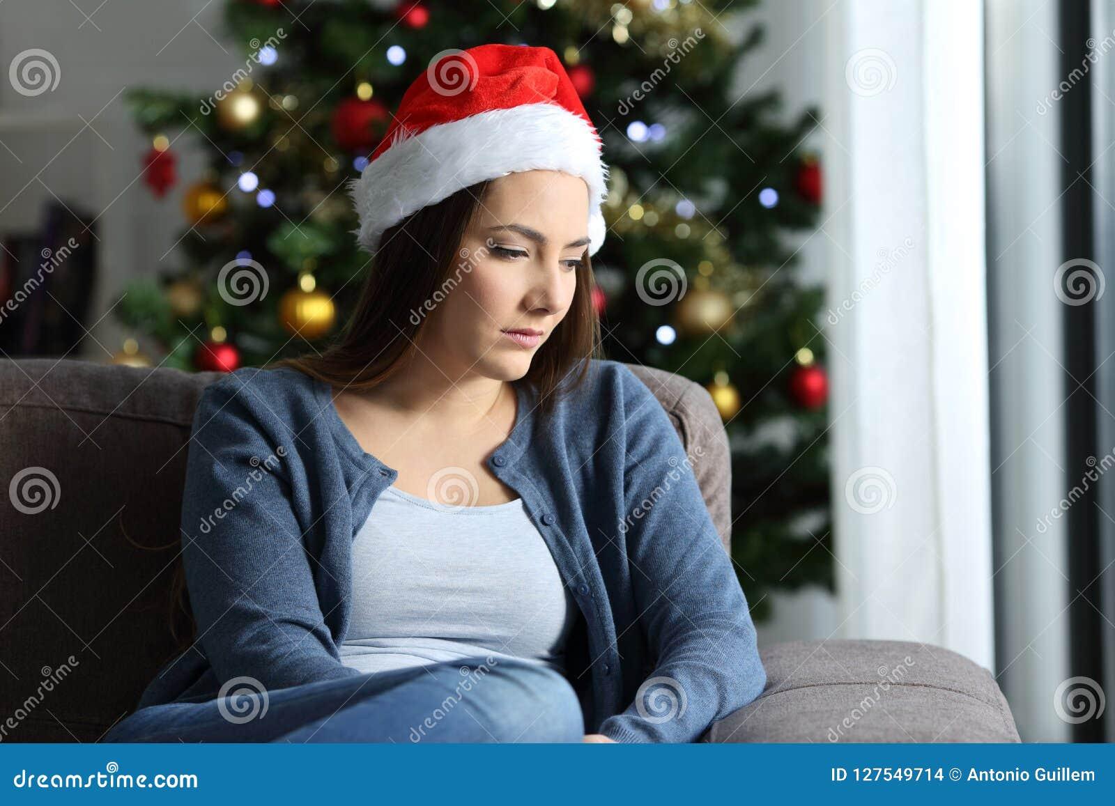 Traurige Einsame Frau, Die Sich Zu Hause Im Weihnachten