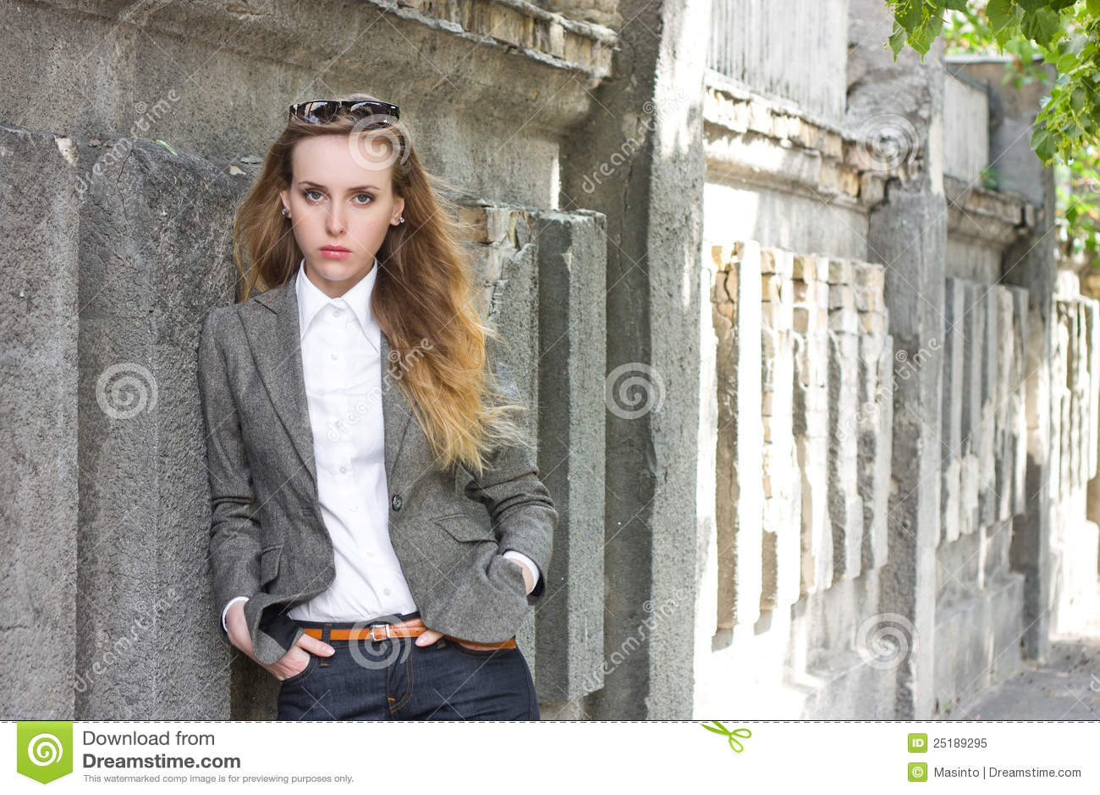 Traurige Frau steht nahe der Wand