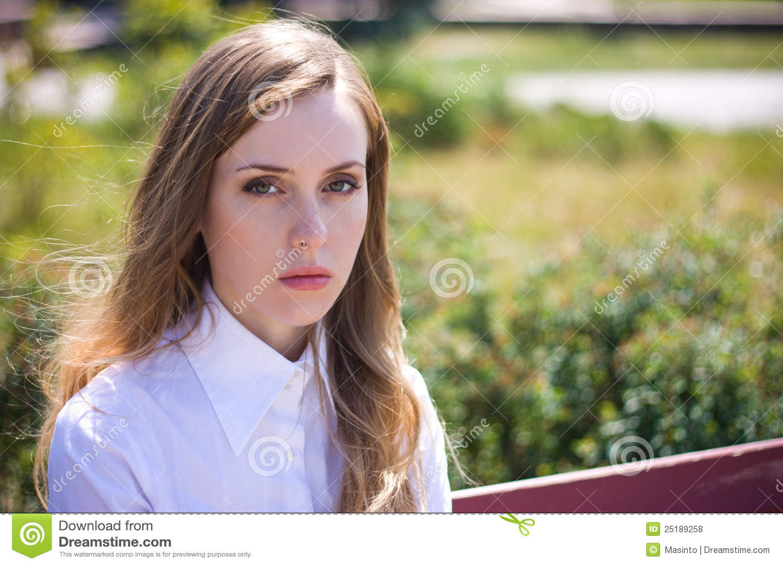 Traurige Frau untersucht Kamera