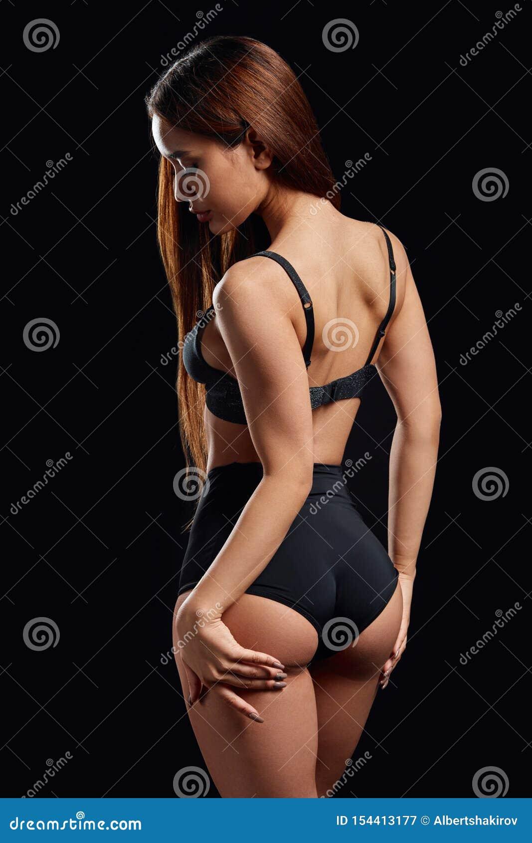 Traurige unglückliche Frau, die ihren sexy Kolben berührt und unten schaut