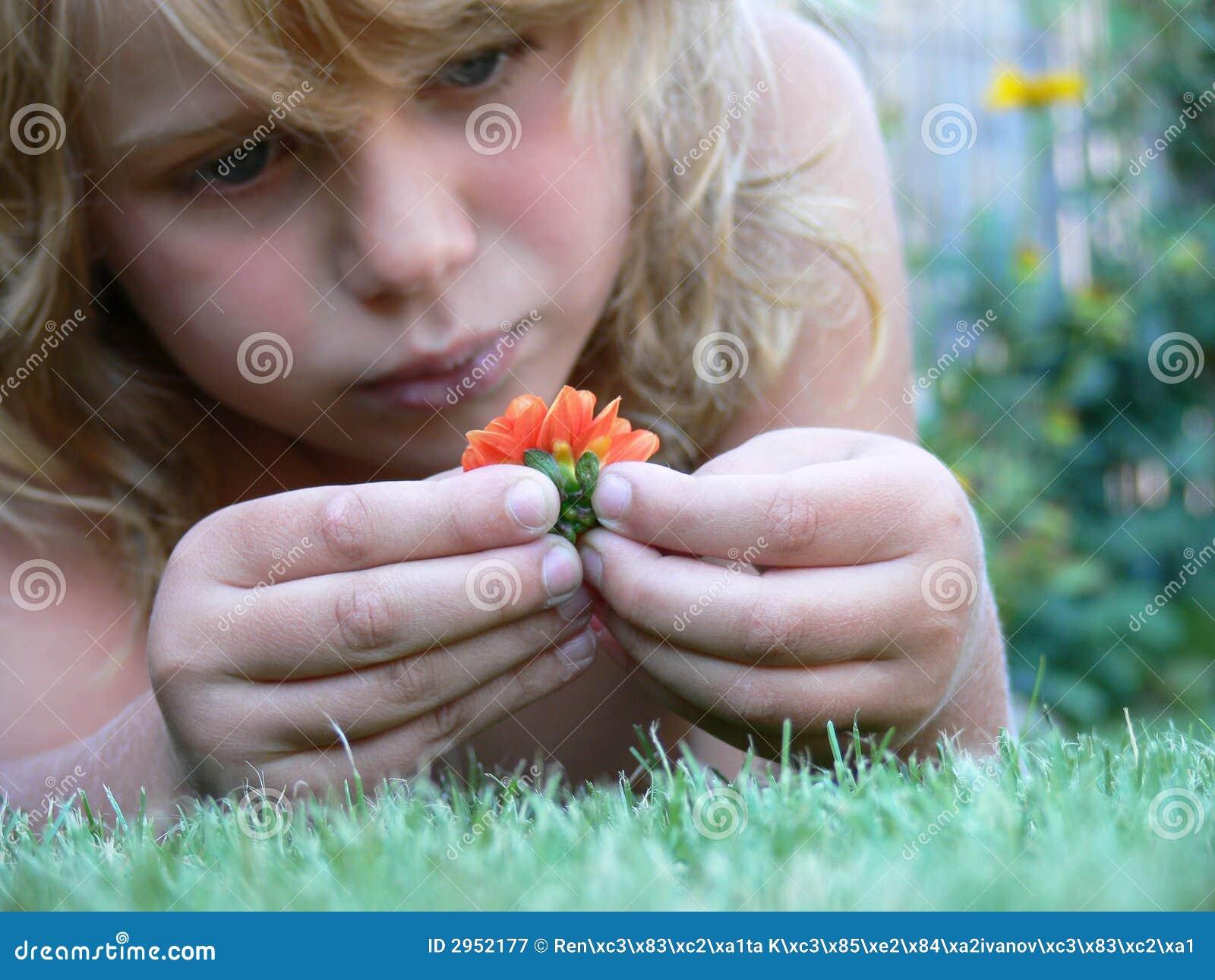 Trauriger Junge mit Blume