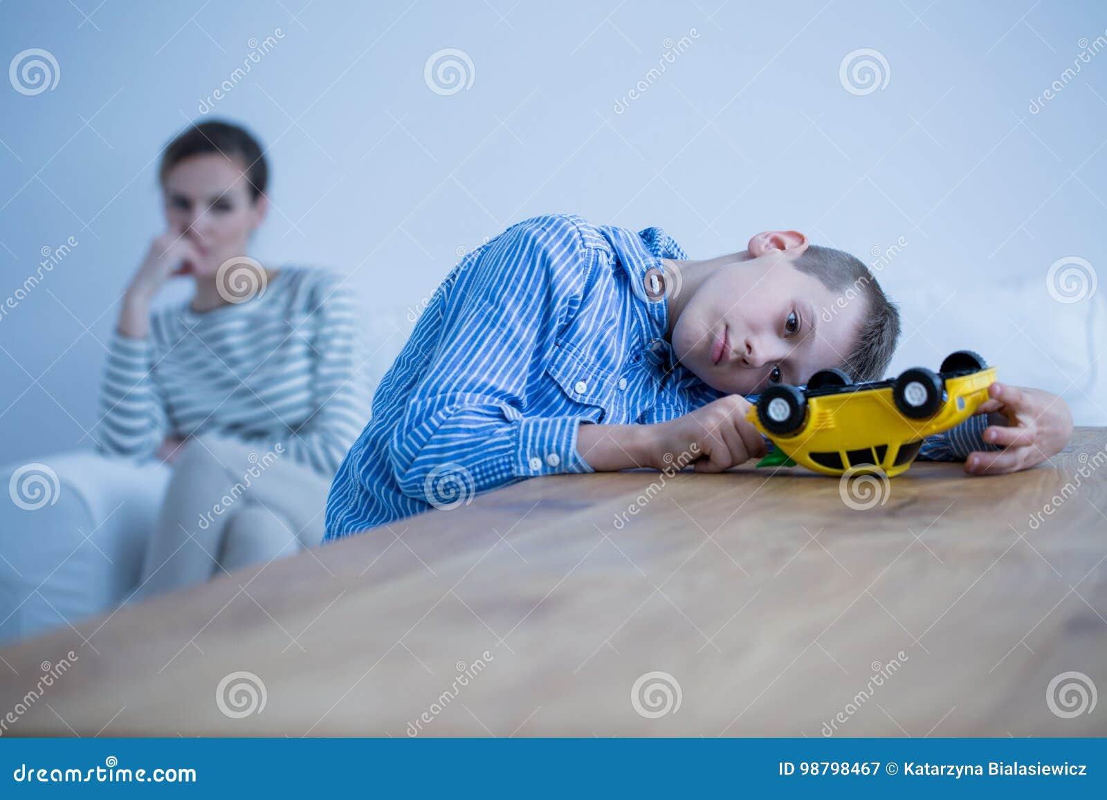 Trauriger Jungenkranker von Autismus