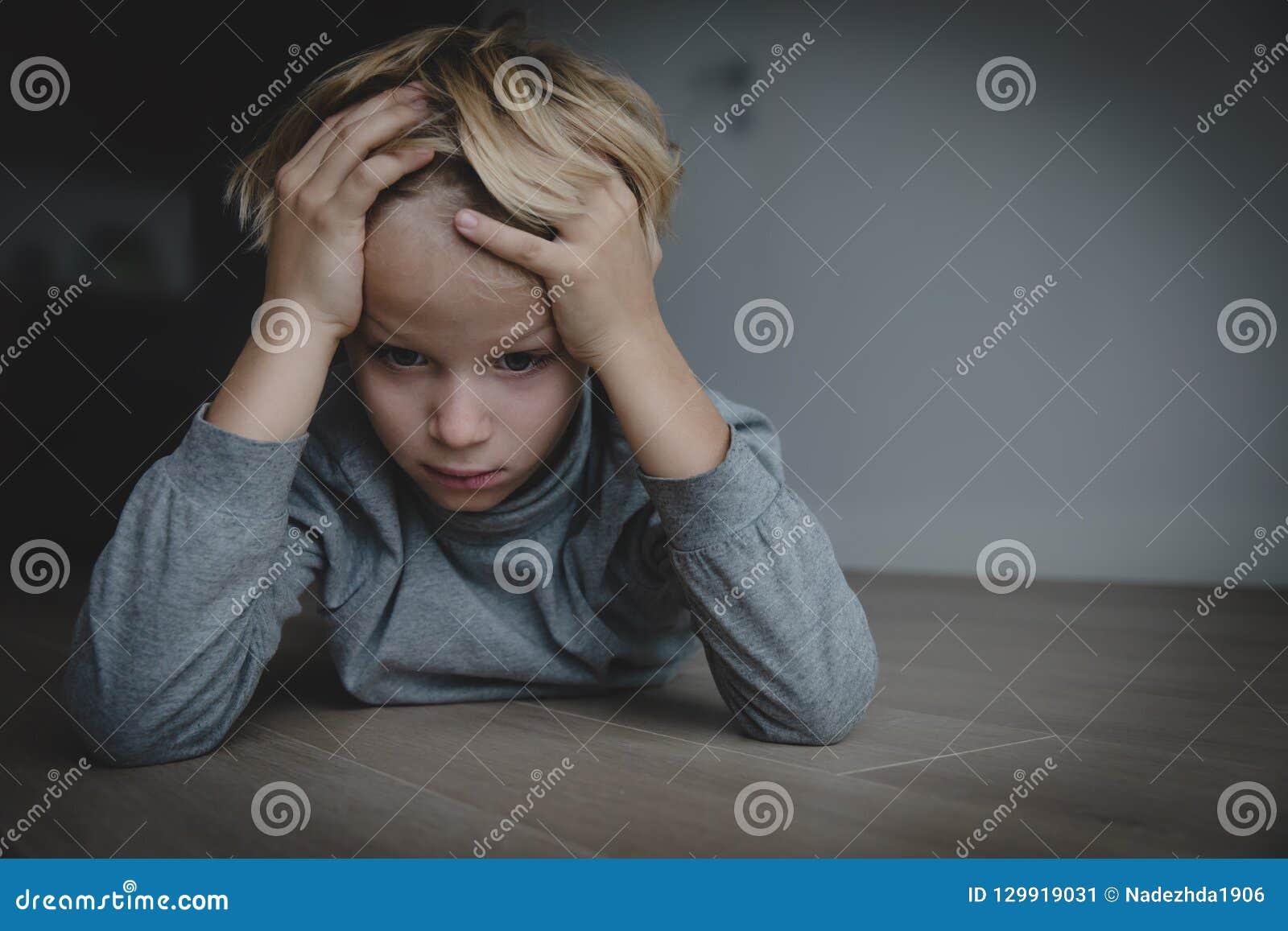 Trauriges betontes müdes erschöpftes Kind zu Hause