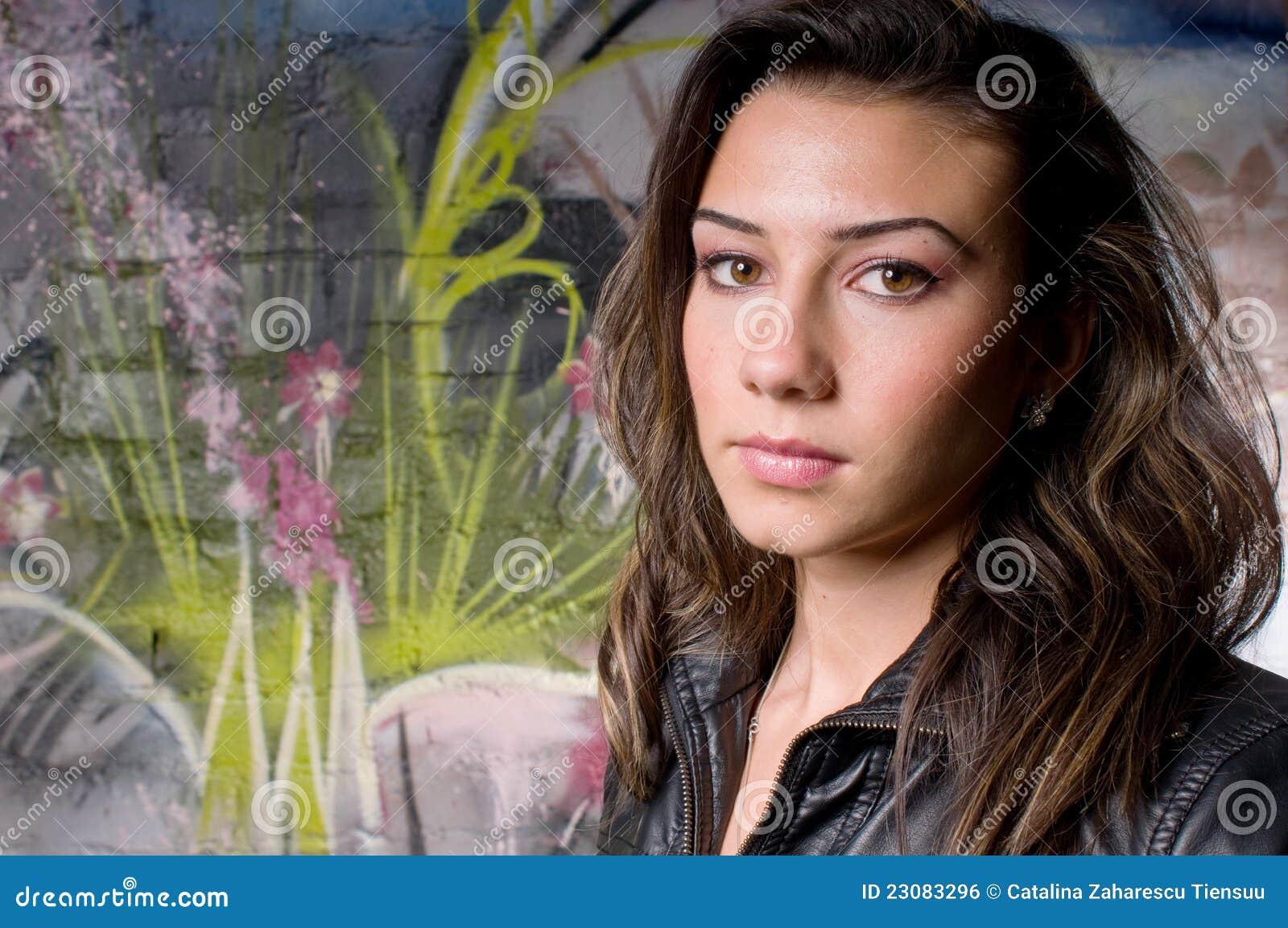 Trauriges junges hübsches Mädchen in der Stadt