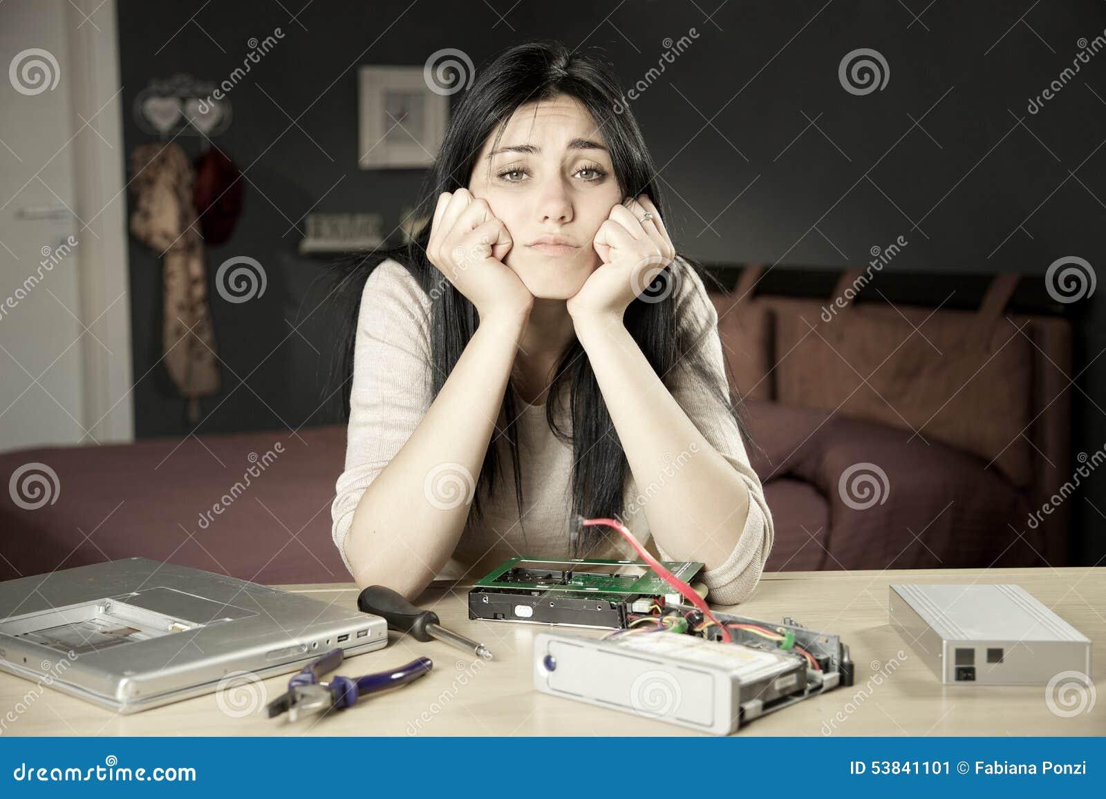 Trauriges Mädchen nicht fähig, gebrochene Festplatte zu reparieren