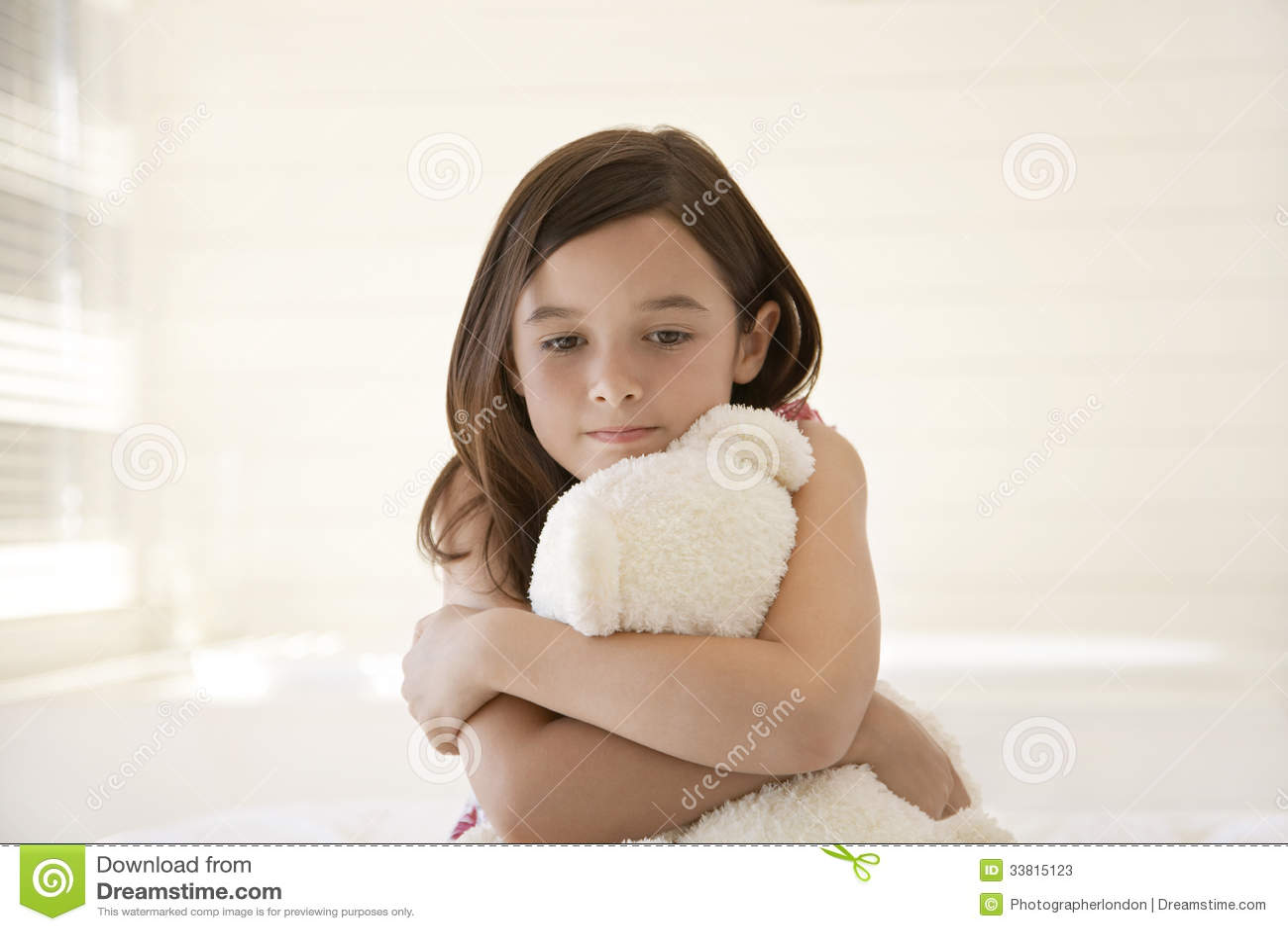 Trauriges Mdchen Das Teddy Bear Umarmt Stockfotos Bild