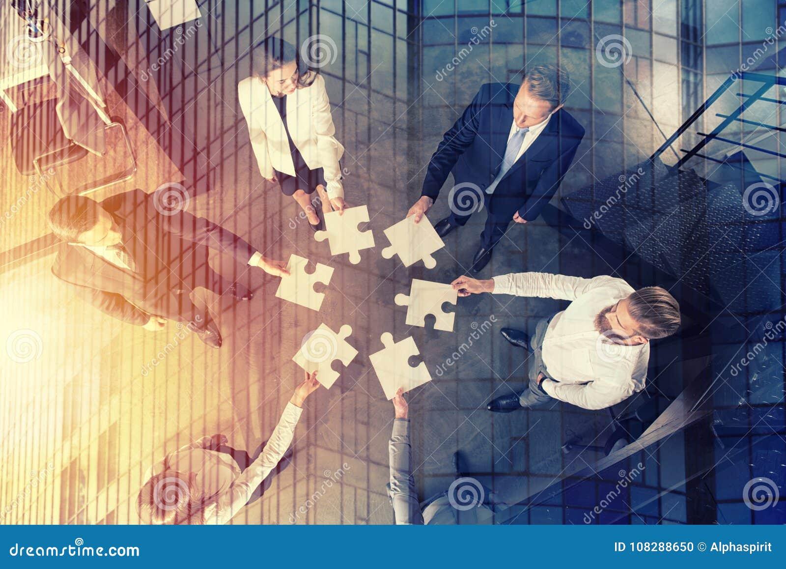 Travail d équipe des associés Concept de l intégration et du démarrage avec des morceaux de puzzle