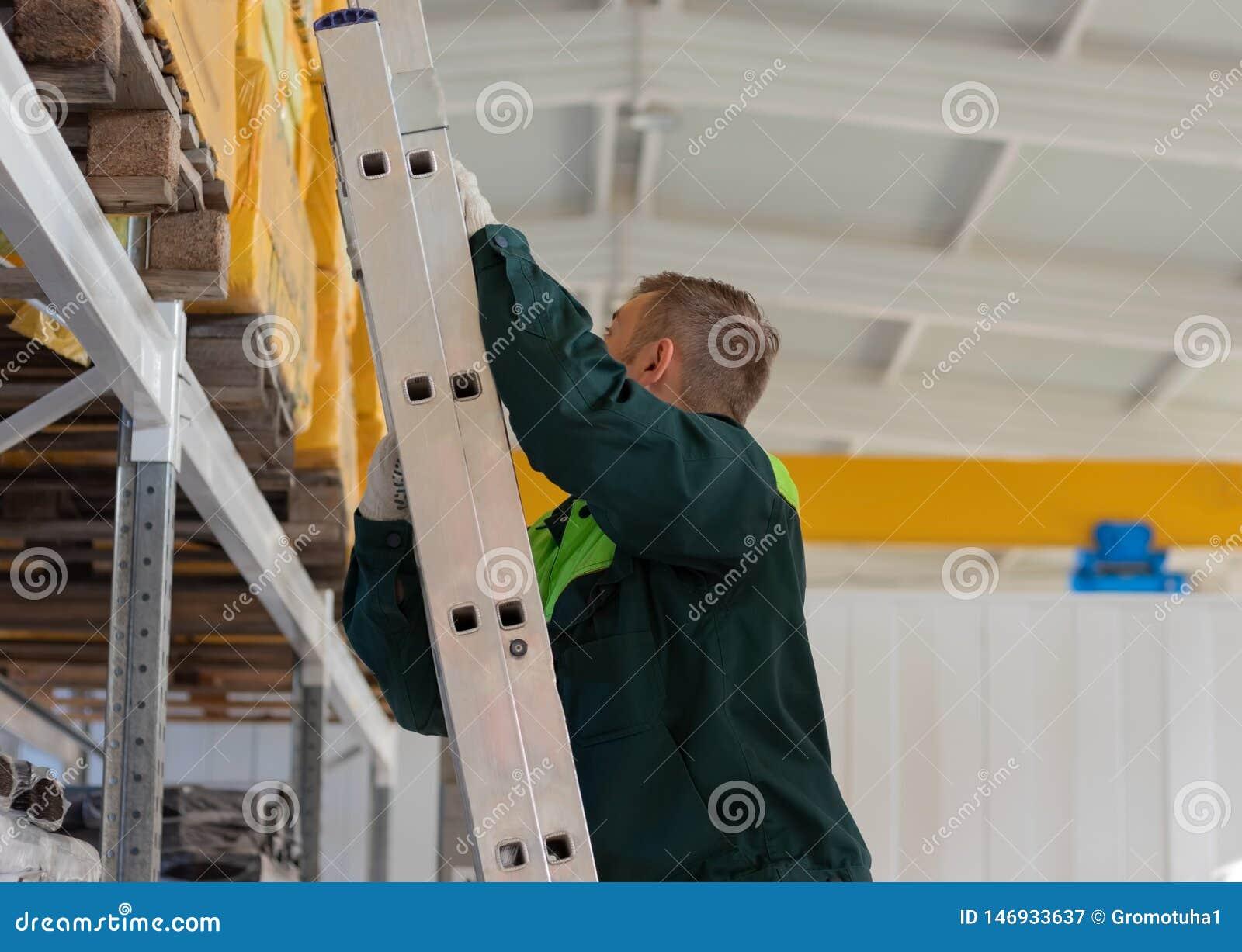 Travail dans l entrepôt vers le haut des escaliers