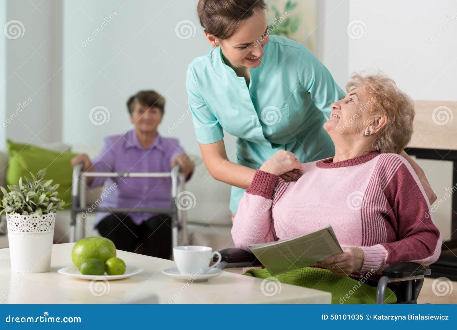 Travail dans la maison de retraite image stock image du for Aide maison de retraite