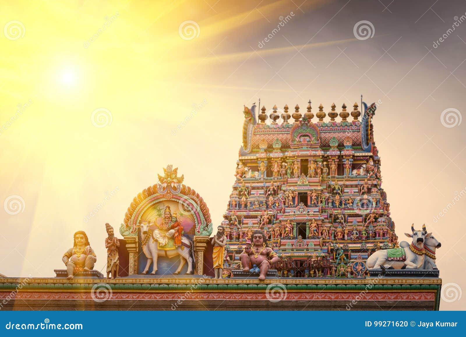 Travail de détail dans Gopuram, temple hindou Kapaleeshwarar , Chennai, T