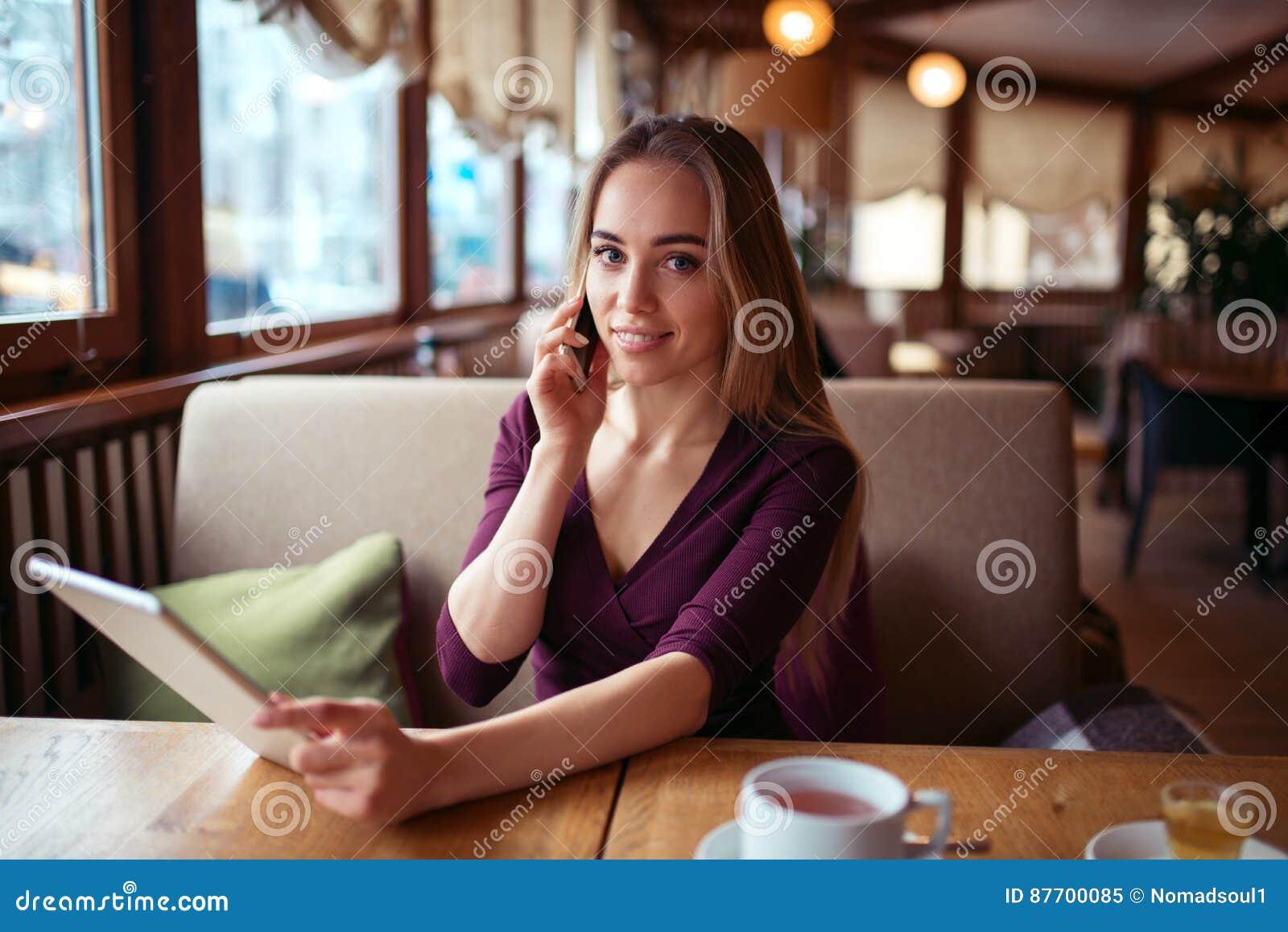 Travail de femme d affaires en café