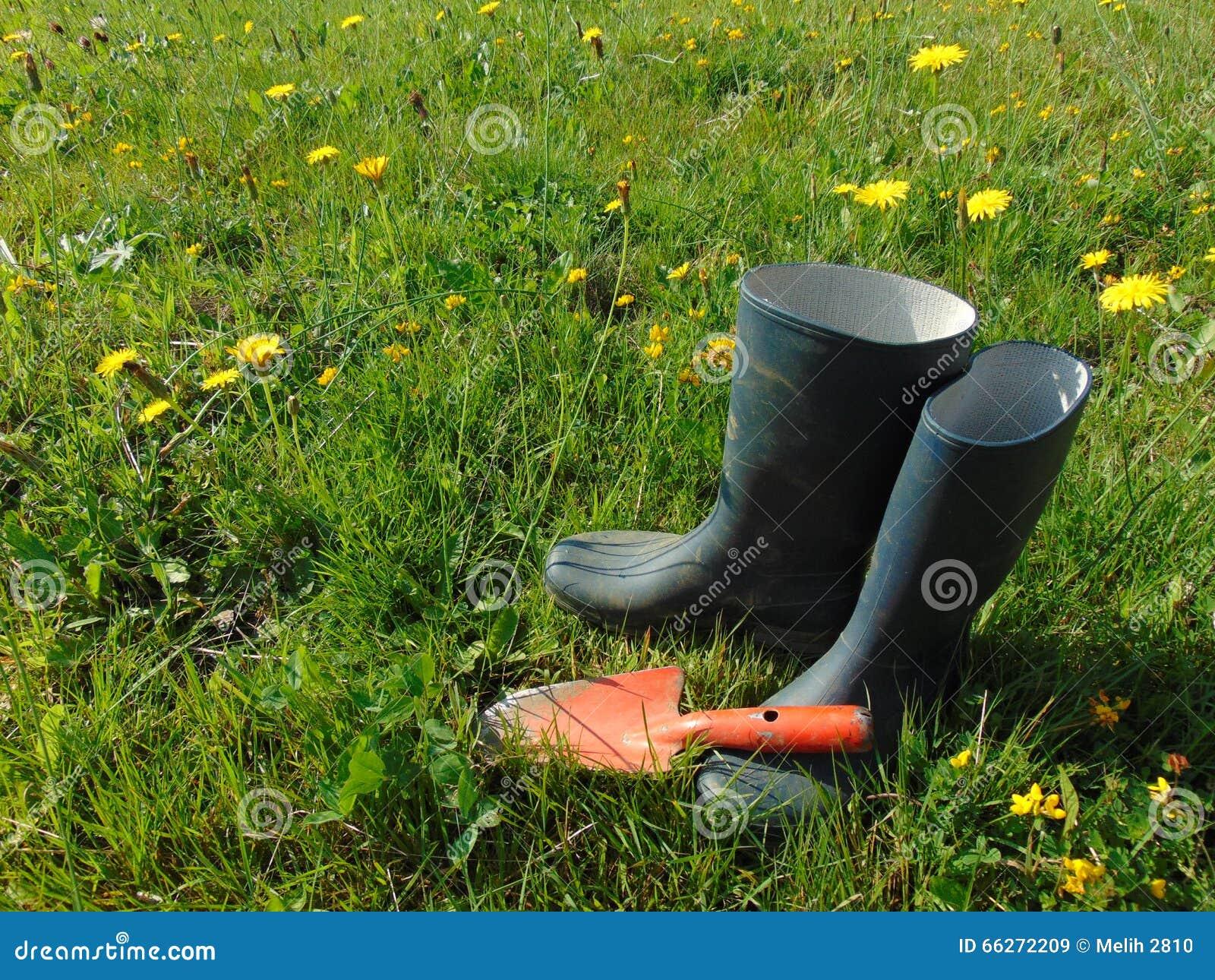 Travail de jardin/bottes en caoutchouc dans l herbe