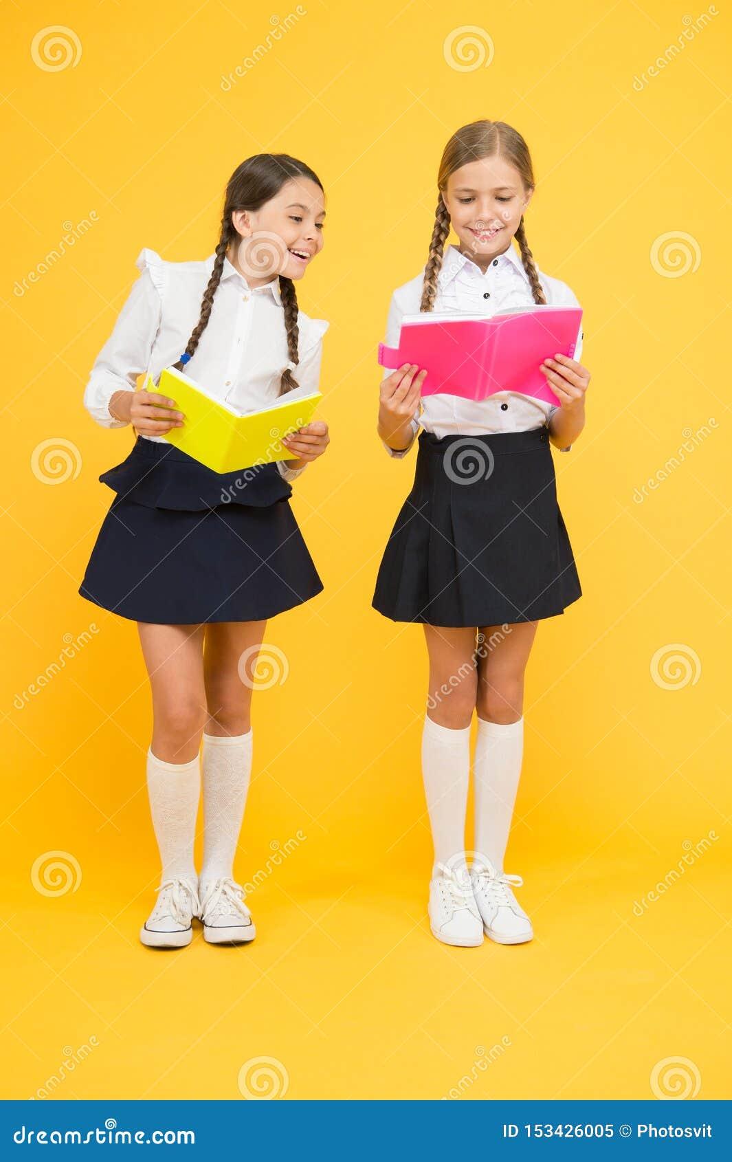 Travail de projet ensemble leçon de littérature petits enfants de filles avec le livre Le relev? et ?criture De nouveau ? l ?cole