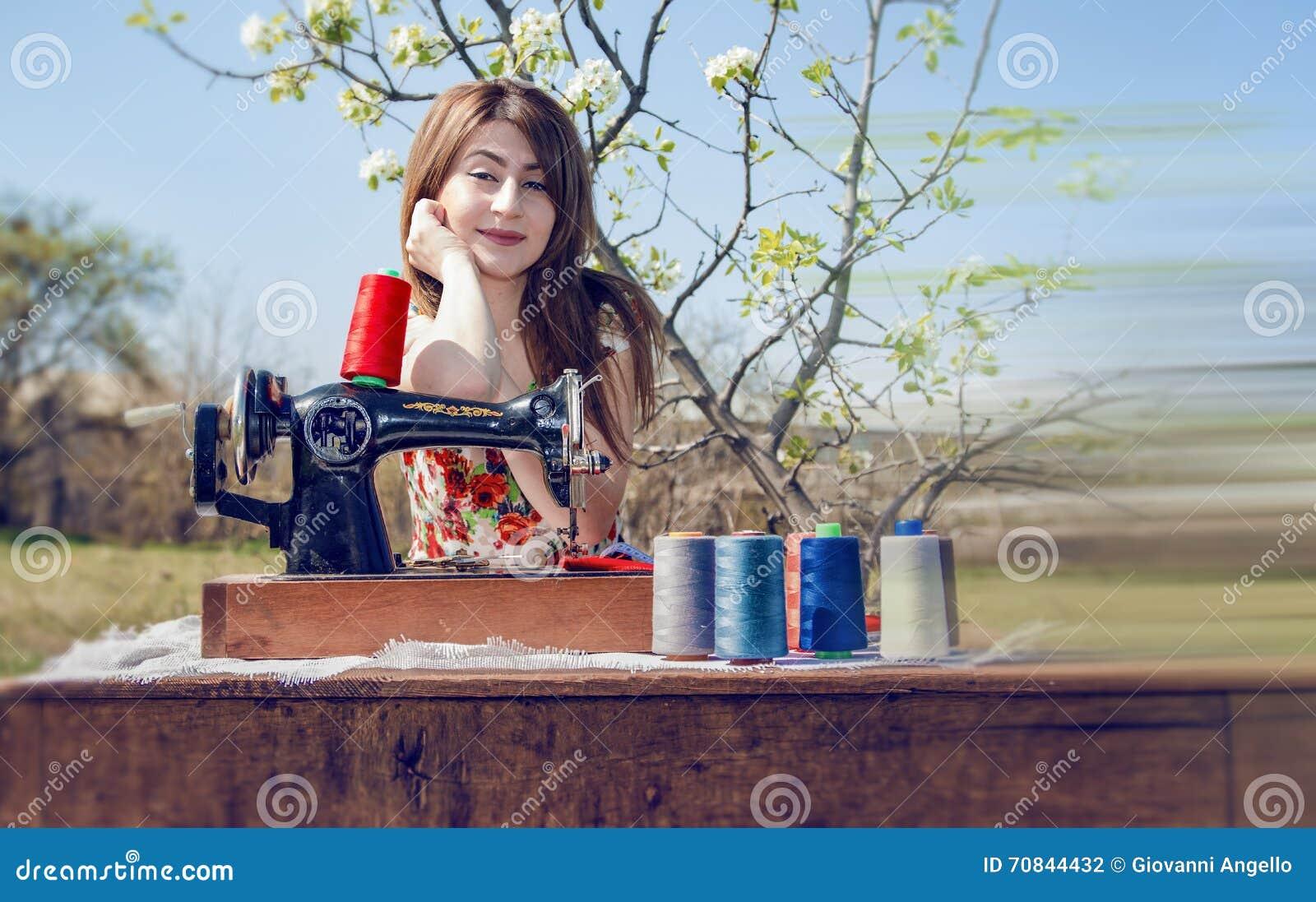 Travail de tailleur avec la machine à coudre