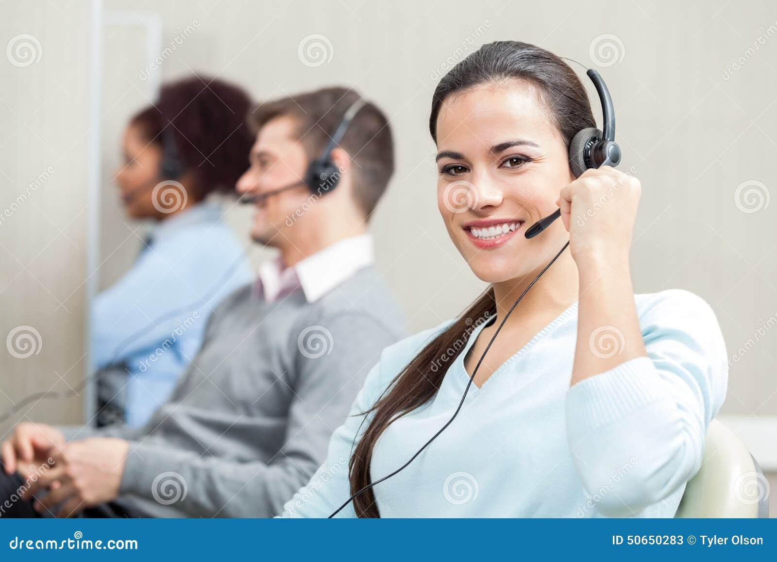 Travail exécutif de sourire de service client féminin