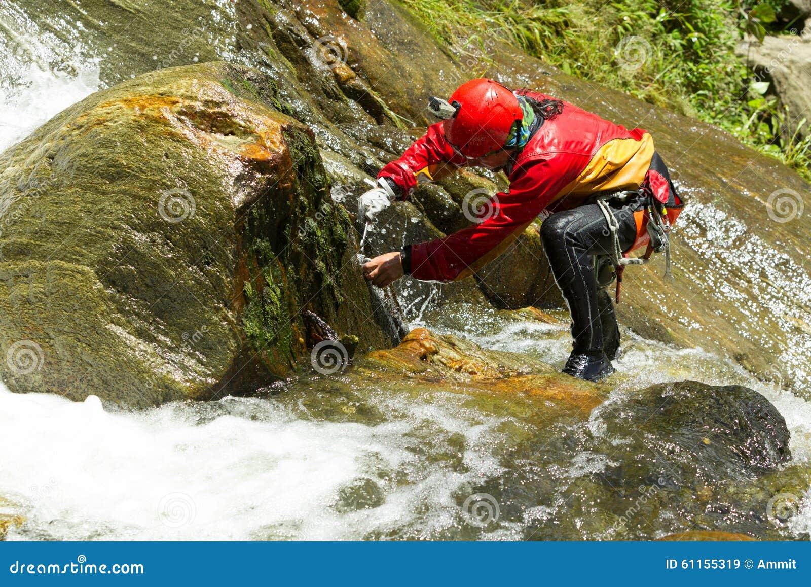 Travail extrême sur l itinéraire de descente de canyon