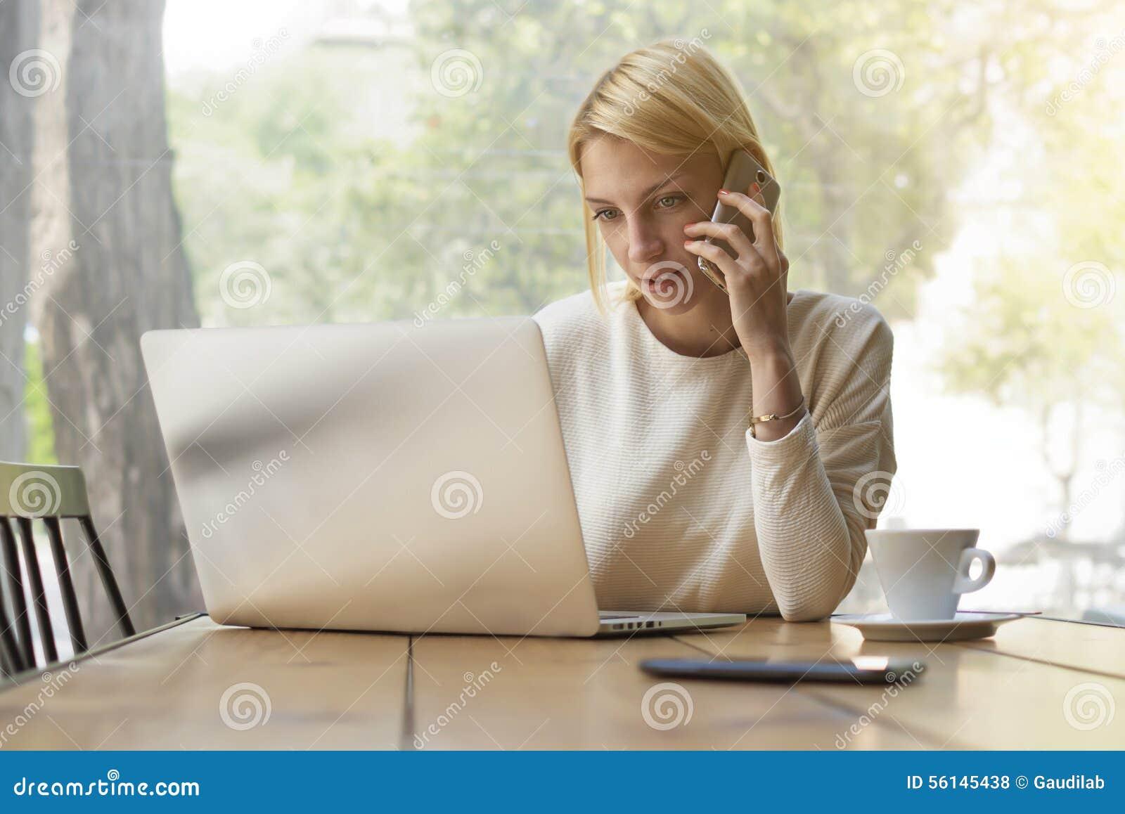 Travail occupé de personne féminine dans l intérieur ou le café moderne de bureau