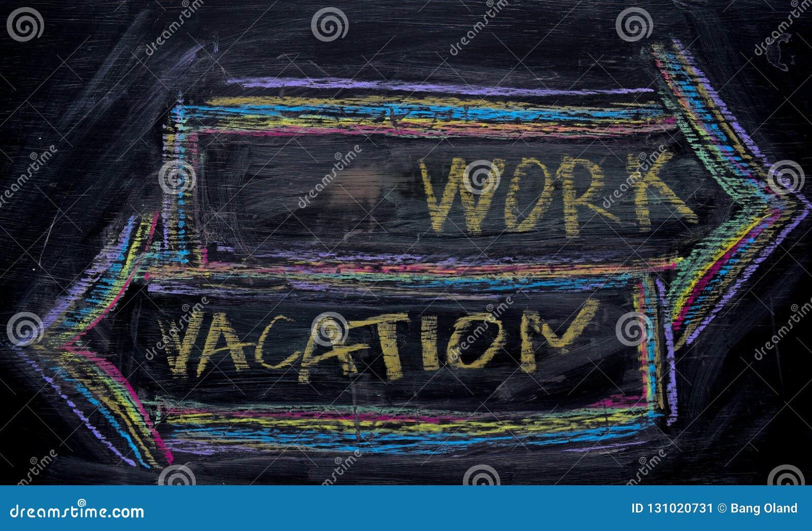 Travail ou vacances écrites avec le concept de craie de couleur sur le tableau noir