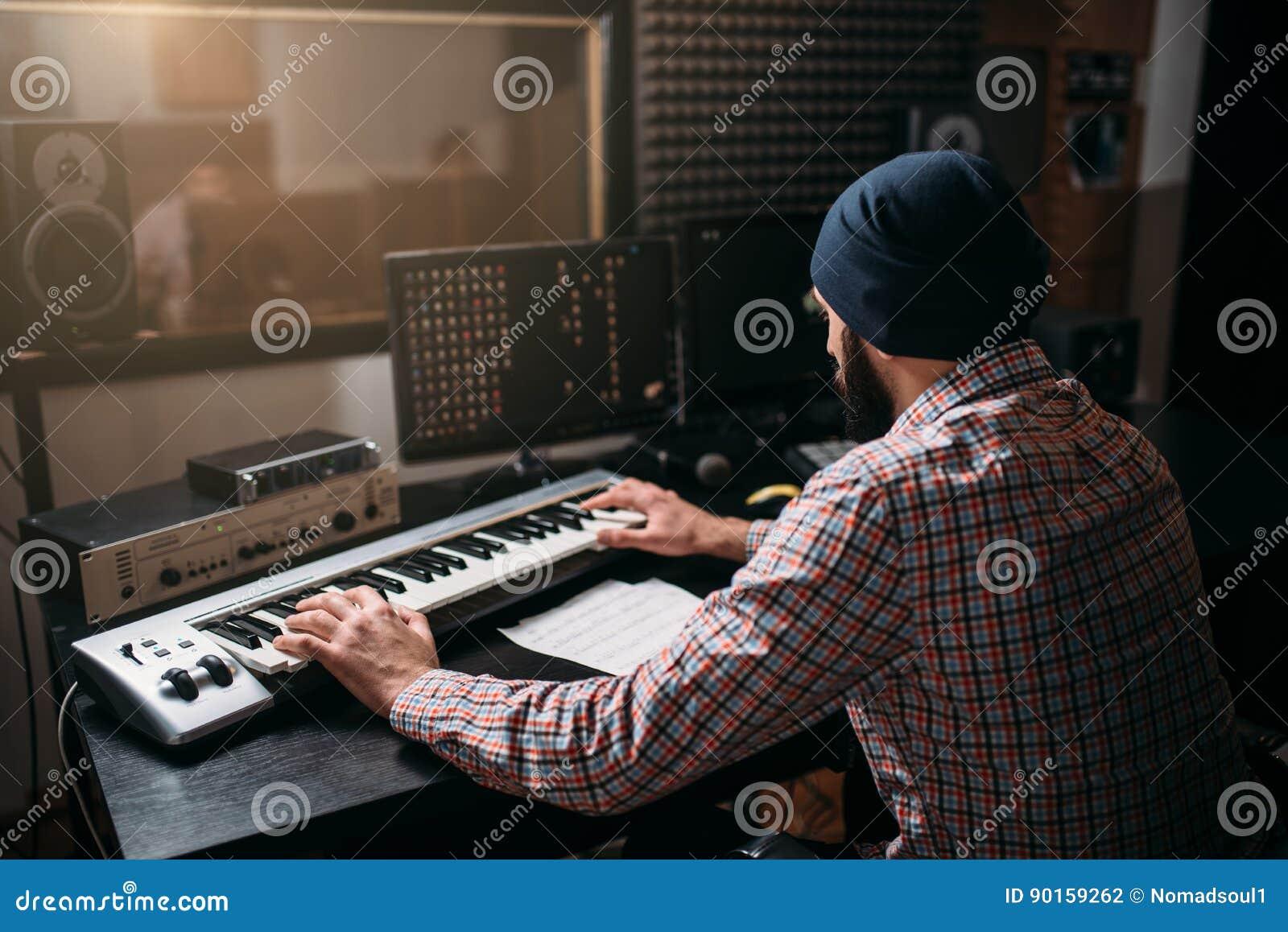Travail sain de producteur avec l équipement audio dans le studio