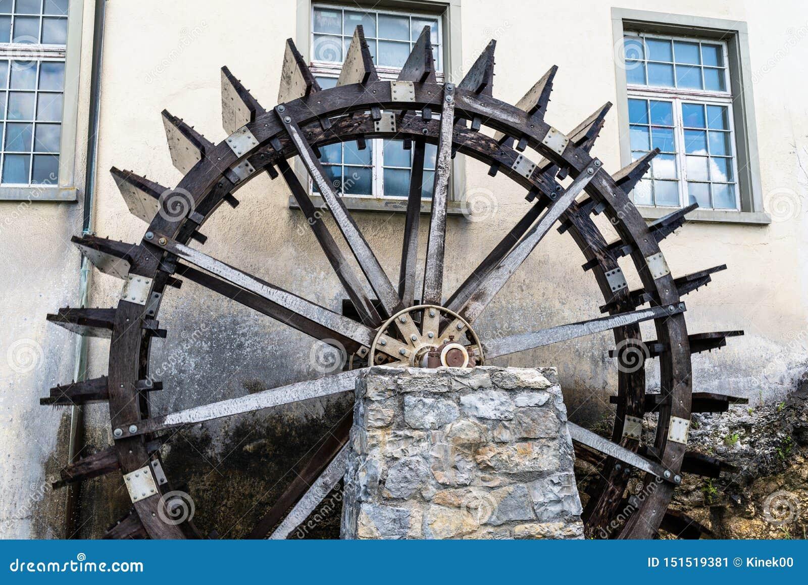 Travaillant un en bois, roue d eau pour convertir l énergie de l écoulement de l eau, au début du Rhin en Suisse