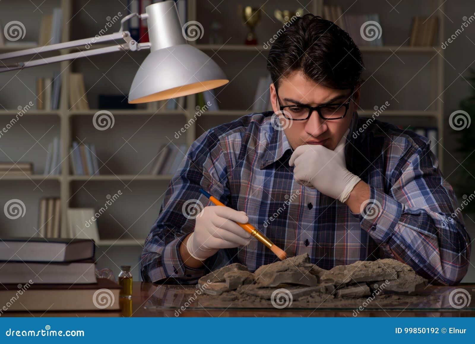 Travailler d archéologue de fin de nuit dans le bureau