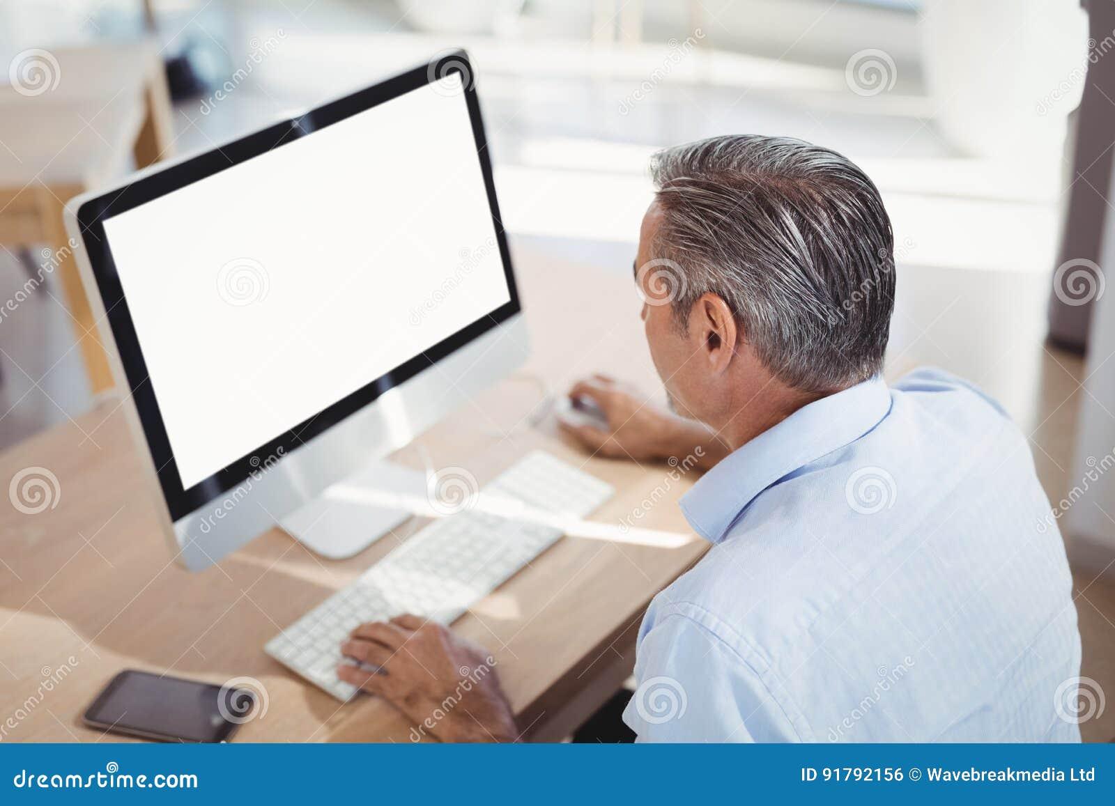 Travailler exécutif attentif sur le pc au bureau photo stock image