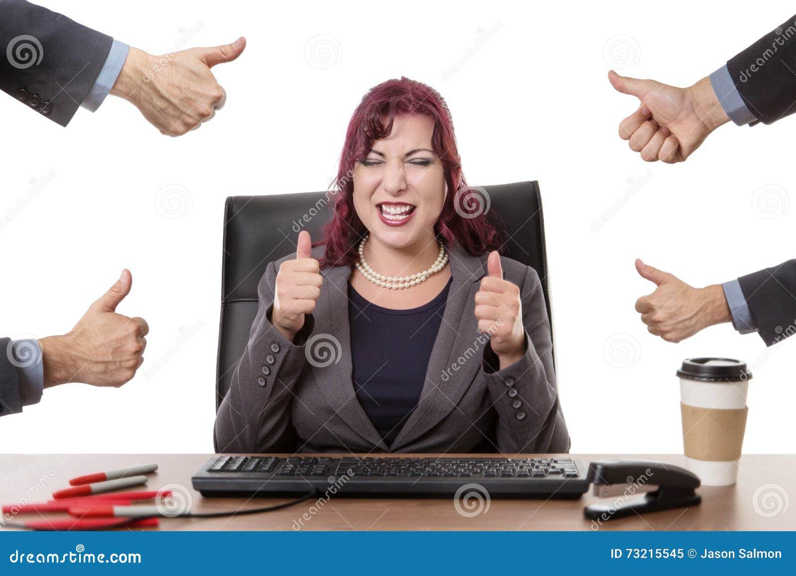 Travailler heureux dur dans le bureau