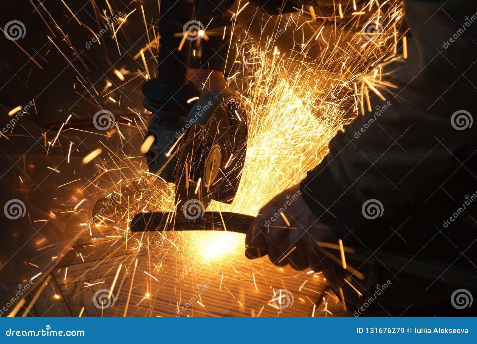 Travailleur à l usine Étincelles lors du fonctionnement d équipement