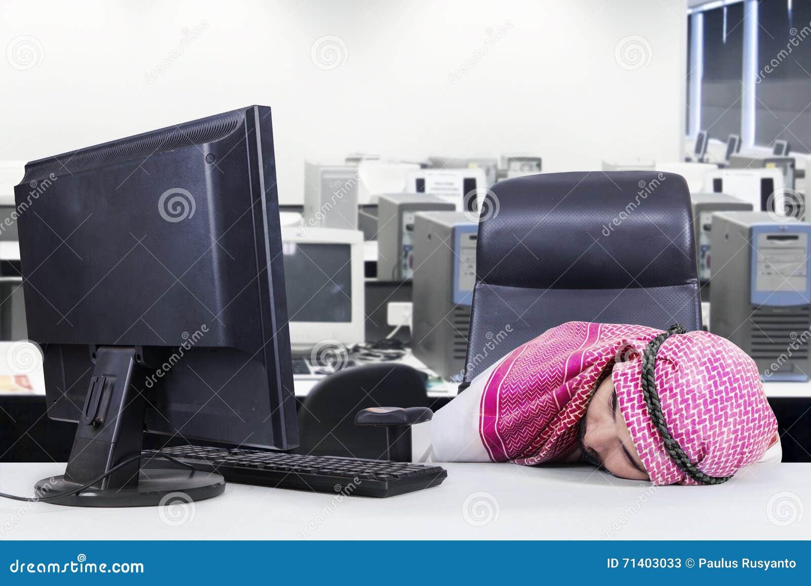 Travailleur arabe dormant dans le bureau image stock image du