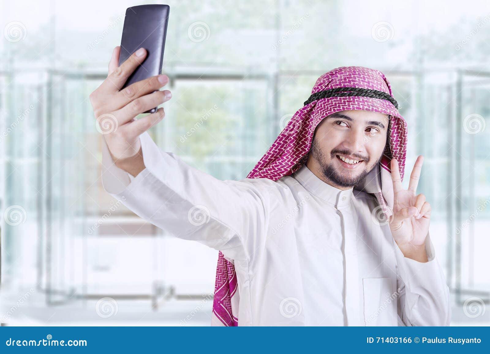 Travailleur arabe prenant le selfie dans le bureau photo stock