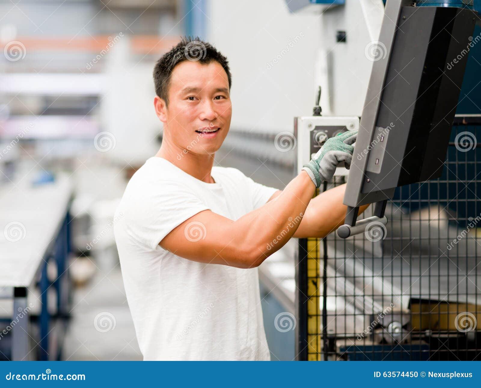 Travailleur asiatique dans l usine sur l usine