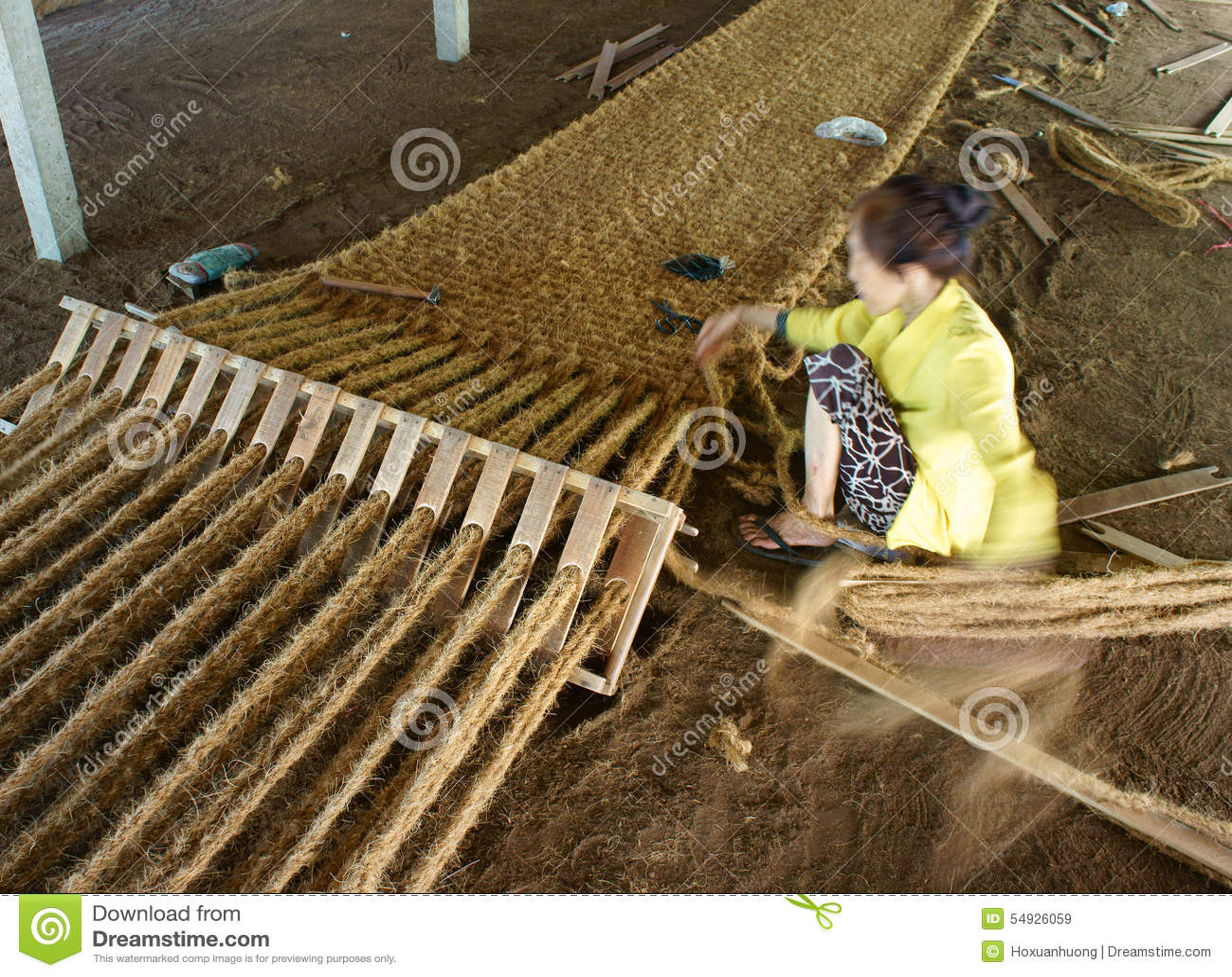 travailleur asiatique tapis de fibre de coco vietnamien fibre de noix de coco image stock. Black Bedroom Furniture Sets. Home Design Ideas