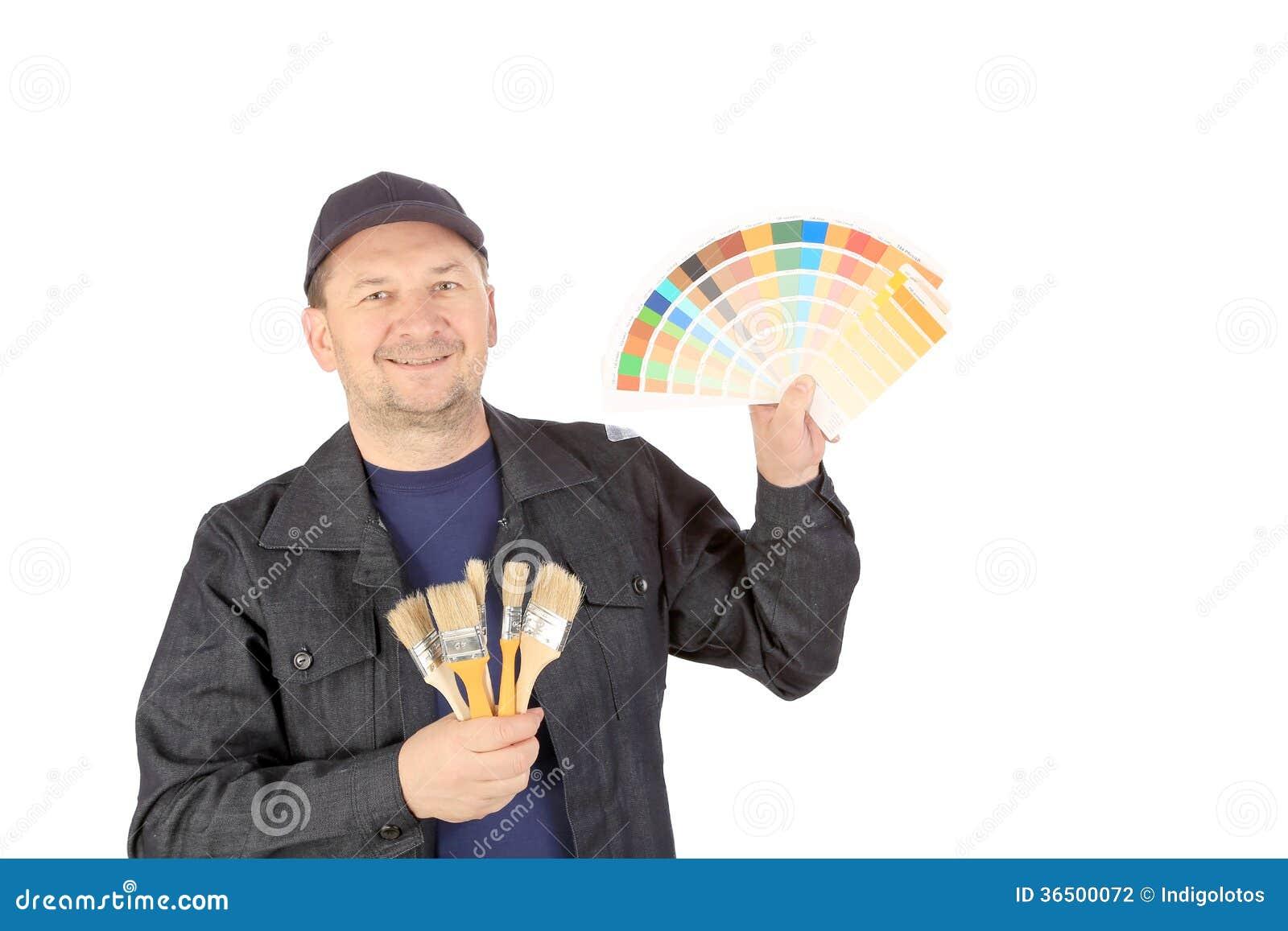 Travailleur avec des échantillons et des brosses de couleur.