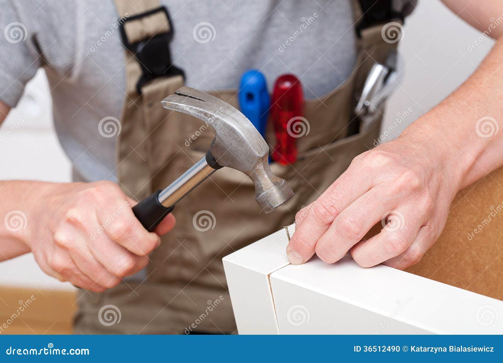 Travailleur avec le marteau