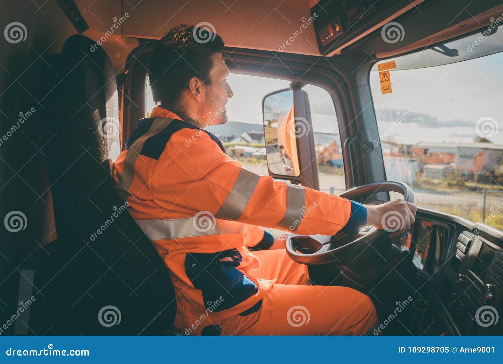 Travailleur d enlèvement de déchets conduisant un camion à benne basculante