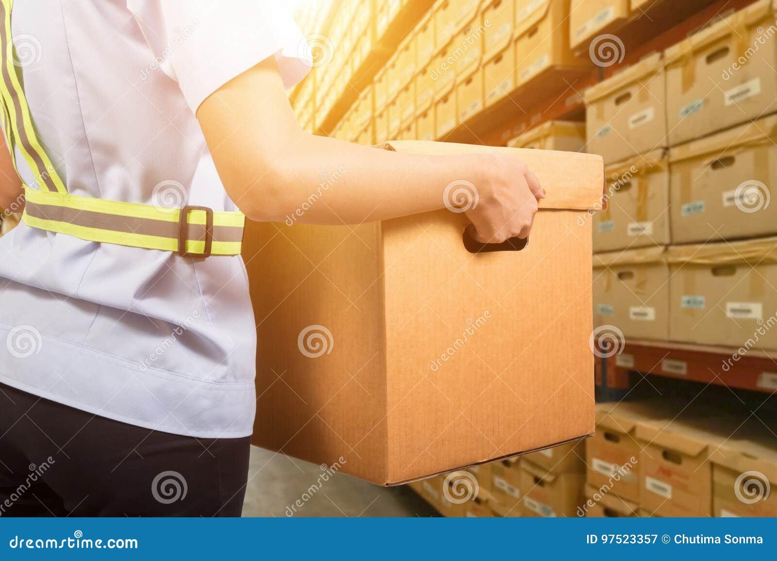 Travailleur d entrepôt prenant le paquet
